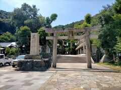 美保関の港の目の前にある美保神社は事代主神を祀る、全国に3000社以上ある「えびす様」の総本宮になる由緒ある神社です。