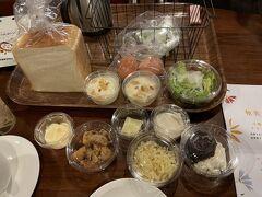 8/10 北海道旅行4日目。「フェーリエンドルフ」の朝食。朝食は、自分でつくるホットサンド。さあ、ホットサンドメーカーの出番です。