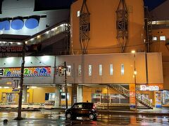 釧路に到着。釧路は暴風警報が発令中。ホテルを出た瞬間に、嫁さんの傘は風で壊れてしまいました。夕食はホテルの目の前にある「釧路フィッシャーマンズワーフMOO」へ。