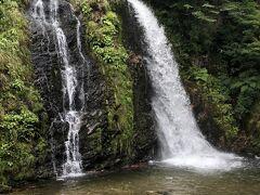 白銀の滝に到着!  温泉街の奥に位置する「白銀公園」内の大小2本の滝。約22メートルの絶壁から水しぶきを上げて落ちる雄大な姿が楽しめる。