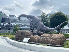 福井駅までやってきた。 推すものが恐竜しかないので駅前には恐竜…