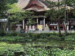 鏡池は東西38m南北28mの楕円形で、御本殿の御手洗池であり、年間を通しほとんど水位が変わらず、神秘な御池として古くより多くの信仰を集め、羽黒信仰の中心でもあったらしい。