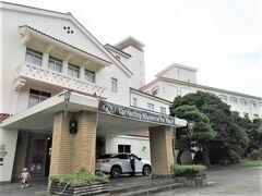 ◆川奈ホテル◆ 伊東について、川奈ホテルへ  エントランスです。低層階(最上階5階)の広大な敷地のリゾートホテル。 古すぎて、85周年ですから、ゴルフメインですが、今はクラシックホテルファンがスタンプ集めの為に泊まる・・