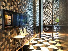 東京・大手町『Four Seasons Hotel Tokyo at Otemachi』39F 【PIGNETO】  『フォーシーズンズホテル東京大手町』のルーフトップテラスを備える イタリア料理【ピニェート】のエントランスの写真。  【ピニェート】へのアプローチとエントランスの壁面と床面の 幾何学模様が特徴です ($・・)/ 【ピニェート】では「アボンダンツァ」(豊潤な人生)をテーマに、 旬の食材を活かした季節のイタリア料理をファミリースタイルで 提供されます。 ショーキッチンで腕を振るうシェフの姿を眺めながらお食事を 楽しんだり、東京のパノラマビューを一望する屋外テラスで ミラノならではのアペリティーボ (食前酒) を味わったり、 和やかなひとときを過ごすことができます。  <営業時間> 〇 朝食 7:00~10:30(L.O. 10:00) 〇 ランチ 11:30~14:00(L.O. 14:00) 〇 ティータイム 14:30~17:00(L.O. 16:30) 〇 ディナー 17:30~20:00(L.O. 19:00) (通常営業時) 〇 ディナー 17:30~22:00(L.O. 21:30)  ※アウトドアテラス:4月~10月(11月~3月はクローズ)  https://www.fourseasons.com/jp/otemachi/dining/restaurants/pigneto/