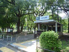 ●芝公園駅  8月末の金曜日、この日1日休暇を取り、午後から行動開始! 都営地下鉄三田線の「芝公園駅」に到着したのが14時くらいで、地下から出るとうだるような暑さ・・・。  この日の東京は35度以上の猛暑日となり、外を少し歩くだけでもクラクラするくらいで、早めにどこかに退避せねば。。。