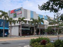 """5日目 10月30日(水) 午後:オーストラリアフェアSC  ■オーストラリアフェア ショッピングセンター  Q1リゾートからG:linkでオーストラリアフェアSCへ移動しました。    G:linkのSouthport駅から歩いて直ぐの""""オーストラリアフェア ショッピングセンター""""、ブロードウォータークルーズの時に""""AUSTRALIA FAIR""""の看板が見えたところです。  スーパー・映画館・クリニック・フードコートにオフィスタワー等が併設され、地元の人達が通う大きなショッピングセンターです。観光客等の多い海辺からはチョット離れ、店舗の構成等を観ると周辺の居住者の利用等が多いと思われる雰囲気の感じられるショッピングセンターでした。  クチコミ⇒ オーストラリアフェアSCへチョット遠出         https://4travel.jp/os_shisetsu_tips/14285476"""
