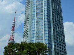 ●ザ・プリンス パークタワー東京  極力日陰を通りつつやってきたのが、緑が広がる「芝公園」のそばにど~んとそびえるホテル「ザ・プリンス パークタワー東京」です。 今日はこちらに1泊し、ゆっくりホテルステイを楽しむことに♪  とその前に、暑い最中ですがさくっと周辺を観光していくこととし、とりあえずフロントで荷物だけ預けてすぐに出発します。