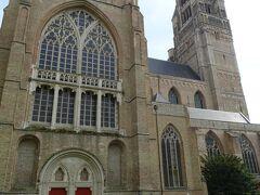 12~13世紀にかけて建造されたゴシック様式のブルージュ最古の教会で、塔の高さは99mで、何度か火災に遭い、現在の塔の上部は19世紀のもの。