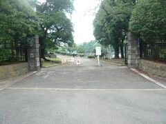 国会議事堂の東側は、国会前庭庭園とも称されています。  参謀本部、陸軍省の入口があった付近の国会前庭庭園の東側の入口の様子です。  陸軍省正門には、正面の坂道を、左側に向かって登っていきます。