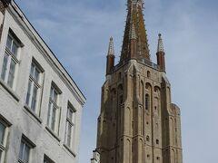 救世主大聖堂の塔が99mなのに対し、こちら聖母教会の塔の高さは122mで、ブルージュで最も高い建物。
