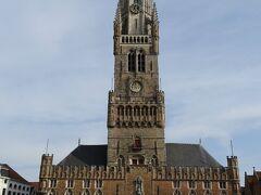 鐘楼は13~15世紀に建てられ、高さは83m。