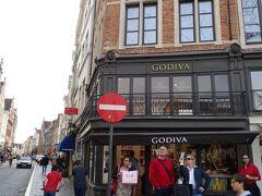 マルクト広場に面した数あるお店の中に、アメリカやヨーロッパではそこまで値段が高いわけではないのだが、日本では1粒数百円という超高額チョコレートの代名詞的存在であるベルギー発祥のチョコレート「GODIVA」のお店がある。
