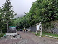 10:15富士登山開始です 「富士山保全協力金」1000円を払い木札をバッグにつけてくれました。