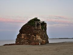 2日目は出雲を離れて石見方面に向かうので、朝食の前に朝の散歩を兼ねて昨日夕陽を眺めた日御碕へドライブ まずは誰もいない早朝の稲佐の浜へ