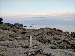 こちらも朝日を受けて西の方向の海が茜色に染まっています。