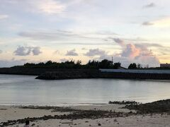 19:30 お散歩  まだまだ空が明るかったので、博愛わいわいビーチへ。 明日はこの海で泳ぐそ~。 ワクワクです。ウミガメいるかなあ。 夕日がとても綺麗でした。