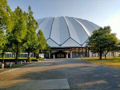 出雲ドームは、今から約30年前に建てられた日本最大級の木造建築。 屋根の直径は143m、高さが48.9mもあり5000人が収容できる収容できる全天候型のスポーツ施設で、屋根はガラス繊維にテフロン加工したもので、昼間は照明不要の省エネドームになっているそうです。 内部も150円払えば見学できるようですが、早朝だったので外から眺めただけ。