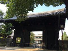 旧本坊表門。 上野駅からまっすぐ進んで来ると、この門が真っ先に目に飛び込んでくるのですが、門の前にある入口は閉じられており、開山堂に入ってぐるっと回らないと近くで見えないです。