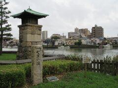 七里の渡し石碑。 常夜灯や時の鐘が復元されています。