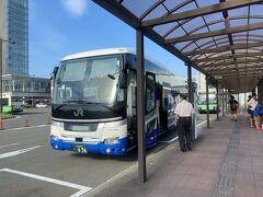 男鹿までの電車、水族館までのバスが限られるので夜行バスが遅れたら全ての計画が大幅に狂いますが、バスは運良く予定よりも少し早く秋田駅に到着しました。