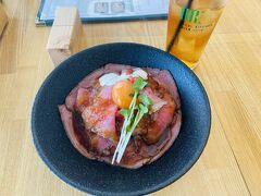 かくして予定よりだいぶ早く帰路に着くことができたので、お昼ご飯はインスタで映えてた秋田駅ビルのカフェでローストビーフ丼食べました。