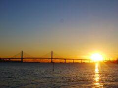 ちなみにこちら、臨港パーク内の橋(上の画像で見えてる橋なので角度はほぼ同じはず)から見た2121年元旦の写真です。 お正月になるとこのくらい太陽ズレます。 初日の出を横浜で見ようかと計画されている方、いらっしゃいましたらご参考までに。