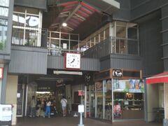 最初は食べ歩きにするのに最適な近江町市場に行きました。金沢駅から徒歩で15分、近江町市場は石川県金沢市の中心部に存在し、約170の飲食店や小売店で成り立っています。金沢市民の台所と呼ばれています。名前の由来は近江商人が作った事です。(Wikipedia参照)今日においても「おみちょ」の愛称で市民のみなさんから親しまれています。新鮮な旬の魚介や野菜、果物をはじめ、精肉、お土産、菓子類など食に関するものから、生花、衣類、薬など食・住のものまで、毎日のお買い物が可能な場所として賑わいを見せています。(近江町市場ホームページ参照)