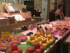 近江町市場にあるフルーツ坂野。新鮮な果物が並んでいて、美味しそうです!フルーツ坂野は創業約80年で、当時からバナナにこだわる果物専門店です。(近江町市場参照)お勧めは中身を丸ごとくり抜いた100%グレープフルーツジュースです。