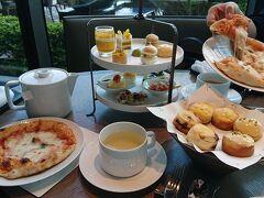 フォーシーズンズホテルのイタリアンレストラン「ピニェート」。アフタヌーンティーの定番メニューにピザが。ボリュームが素晴らしい。