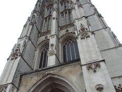 聖ロンバウツ大聖堂  13世紀から約300年の歳月をかけて建設されたゴシック様式の教会で町のシンボル的存在です。鐘楼の高さは97メートル、ガイド付きツアーで538段の階段で上れます。鐘楼には、4オクターブの49個の鐘からなるカリヨンが2組みあり、世界遺産に登録されている「ベルギーとフランスの鐘楼群」の他の鐘楼の中でも最も有名なんだそうです。