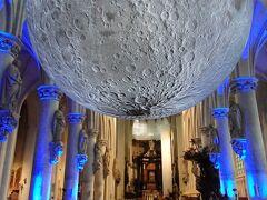 聖ロンバウツ大聖堂内の月の彫刻
