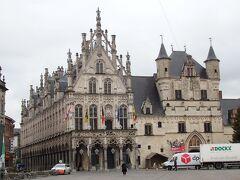 市庁舎の建物をアップで  右側のお城のような建物は14世紀後半に繊維取引所として建てられたもの  左側の装飾が美しい建物は最高裁判所として利用されており、下半分は16世紀に、上部は20世紀になって完成。