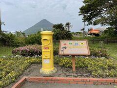 駅前にある黄色の郵便ポスト。開聞岳とのショット良いね!結構人が訪れてました。