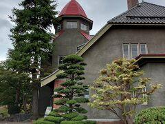 11時30分。 3施設共通券で藤田記念庭園に入場しました。 上部には大正浪漫風の建物と喫茶室があります。