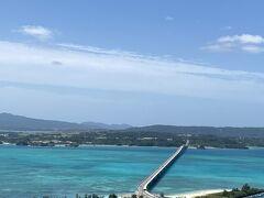 タワーからの景色は綺麗だったけど、あいにくの強風でゆっくり景色を 楽しむ余裕はありませんでした。 でも、海の色が沖縄って感じで癒されます。 うちの近くにも海がありますがもちろんこんなにきれいじゃありません。