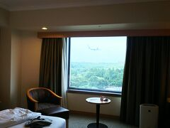 部屋から飛行機の飛行が見えます。 窓の外上部に、わかりますか~?