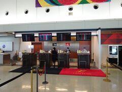 8:55 JALのカウンター(3階)で手続き,羽田からの便にFの空席無し…残念!