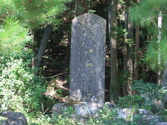 苔生した小谷城の碑