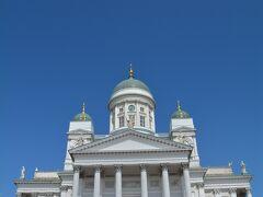 すごいー!白い大聖堂が青空に映えます!
