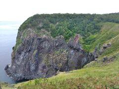 フレペの滝に到着です! フレペの滝は、高さ約100mの切り立った断崖の途中から山々から流れてきた地下水が染み出し、海へと直接流れ落ちる滝です。 年間を通して水量が少なく、しとしとと流れ落ちる様子から別名乙女の涙とも呼ばれています。