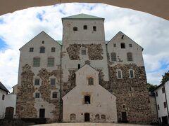 バスを降り、11時45分、要塞のような壁に囲まれたトゥルク城へ。  このトゥルク城、先ほどみたトゥルク大聖堂と同じく、フィンランドがスウェーデンの支配下に入った13世紀に建設が開始された城で、以後しばらく、スウェーデンがフィンランドを治めるための出城として機能。  そんな抑圧された時代のフィンランド人の思いを代弁しているためか、何やら飾り気もなく、牢獄感あふれる外観となっているところです。  【トゥルク城HP】 https://www.turku.fi/turunlinna