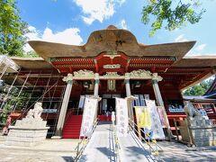 五重塔から参道を登らず…車でびゅーんと山の上まで。 茅葺きの三神合祭殿。 現在の祭殿は1818年に完成したものだそうです。