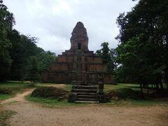 バクセイチャム・クロム   10C初頭に建てられた寺院です。  雨がポツリポツリと・・・