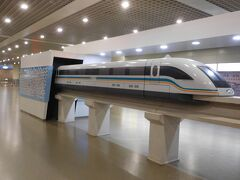 上海浦東空港から市内へ出るのに、「リニア」に乗車します。