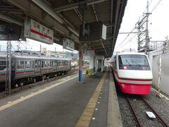 駅舎から見て、上毛電鉄線のホームのさらに向こう側にある東武桐生線のホーム。 赤城駅は東武伊勢崎線系統の特急りょうもう号の終着駅でもある。