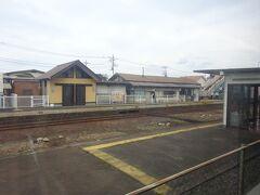 相老駅に停車。 向こうに見えているのが、わたらせ渓谷鉄道の駅。
