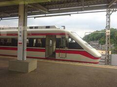 太田からは伊勢崎線。といっても単線区間なのは変わらない。 足利市駅に停車。ここでも下り特急とすれ違い。