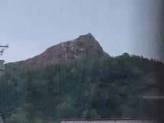 有珠岳の噴火によってできた昭和新山。赤茶色です。 本日の夕食会場、「わかさいも本舗」に向かいます。