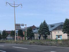 小樽運河を右手に見て、進みます。