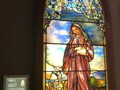 地下1階から地上4階までの5フロアあります。   1階は、アメリカのルイス・C・ティファニーステンドグラス作品が32組。 「聖母マリア」アールヌーヴォーの要素が色濃いです。
